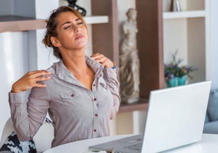 【簡単肩こり解消法】在宅勤務や自粛生活でたまったコリをほぐすストレッチ方法
