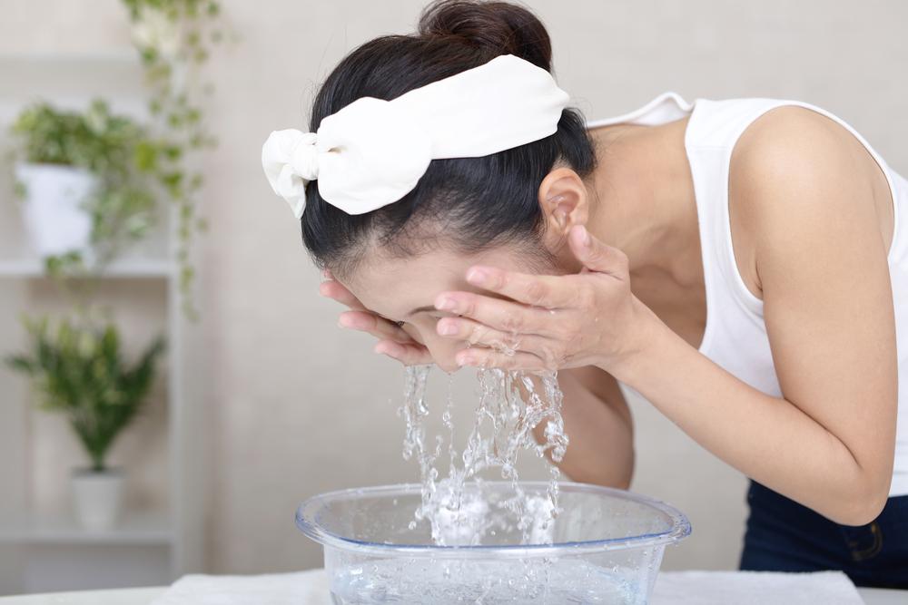 ぬるま湯で顔全体の泡を洗い流します