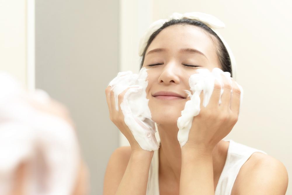泡で顔全体を包み込むように、やさしく広げます